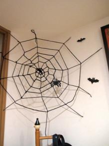 ハロウィン 蜘蛛の巣 作り方 毛糸 折り紙 貼り方
